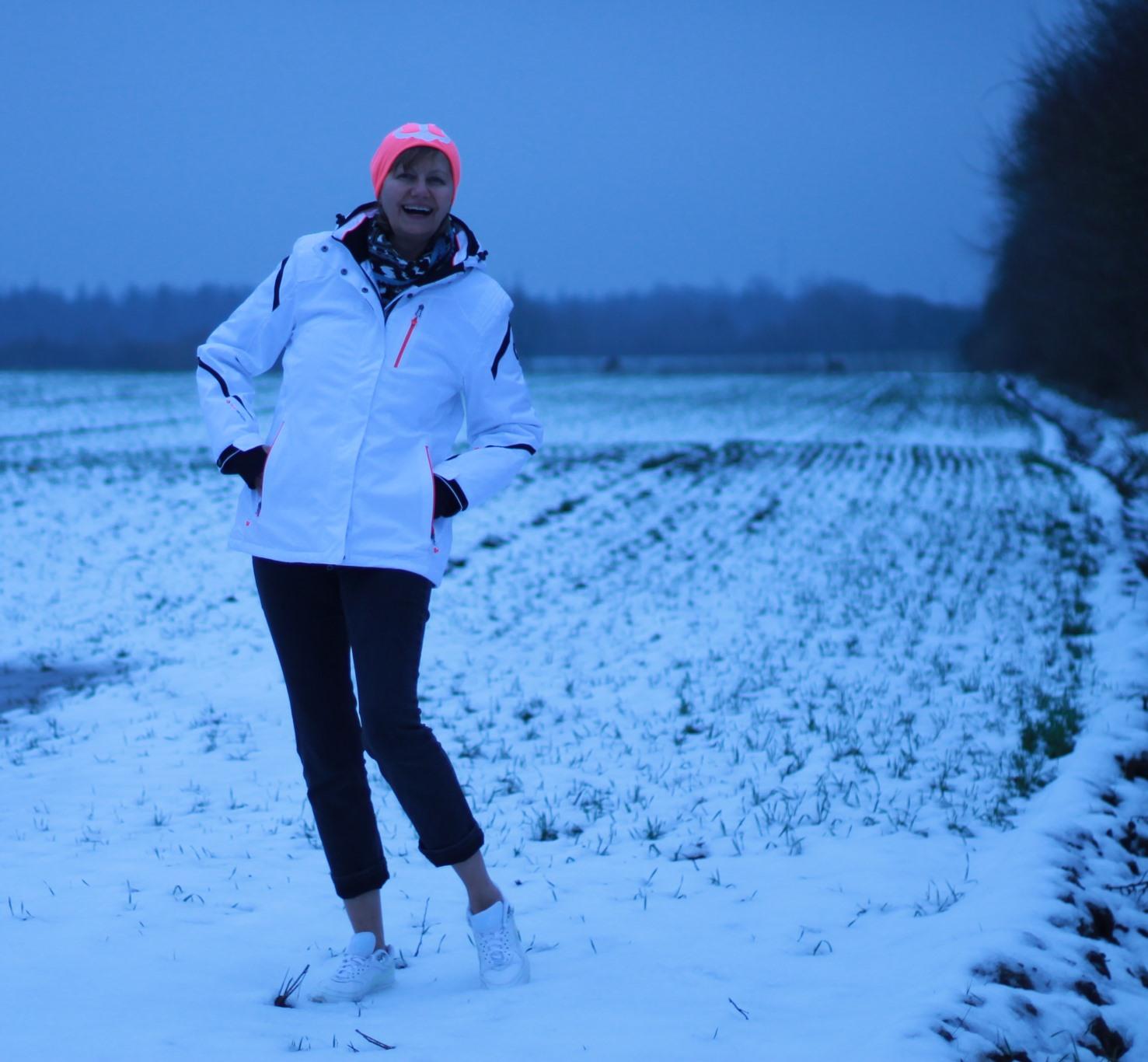 Feld Schnee weisse Jacke Muetze pink mit anker