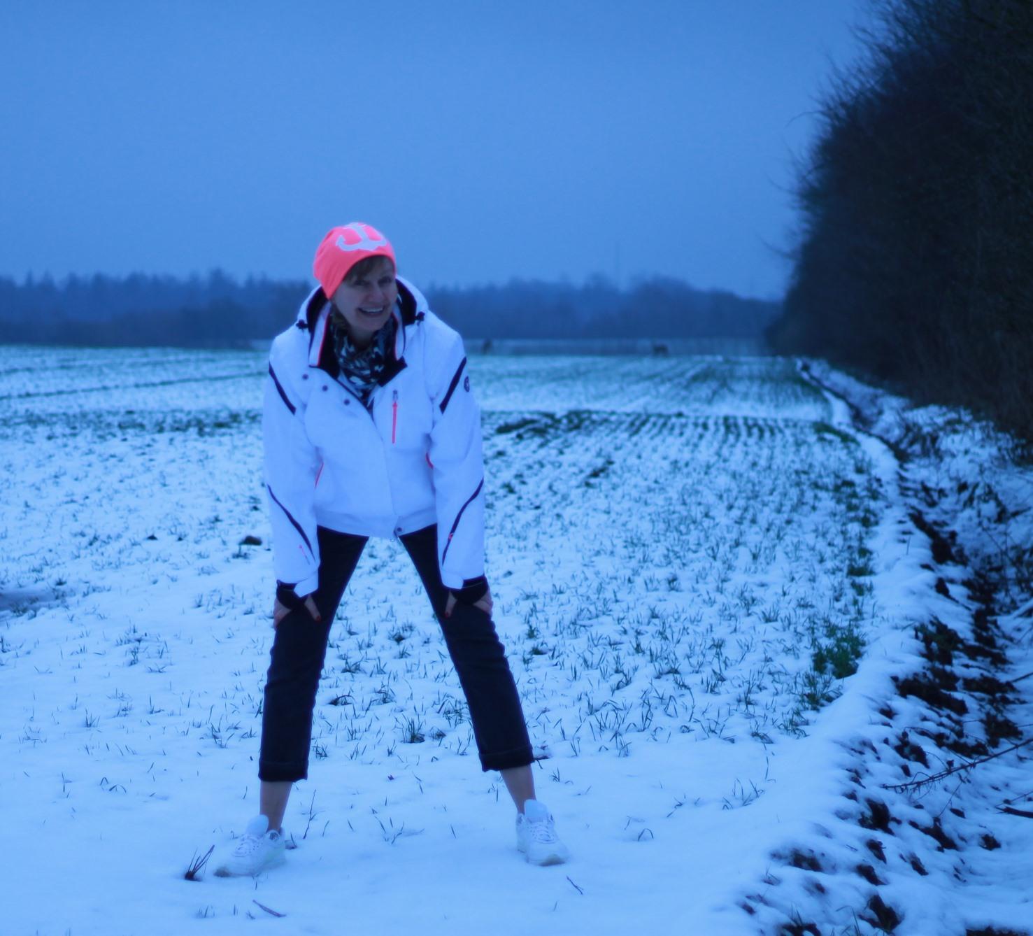 Feld Schnee weisse Jacke Muetze pink mit anker rehe in der ferne
