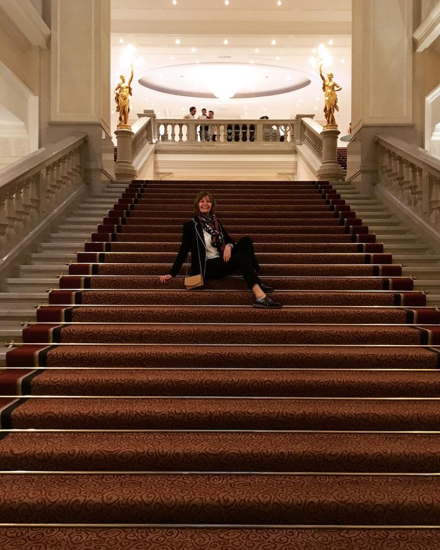 Frau auf Treppe mit rotem Teppich