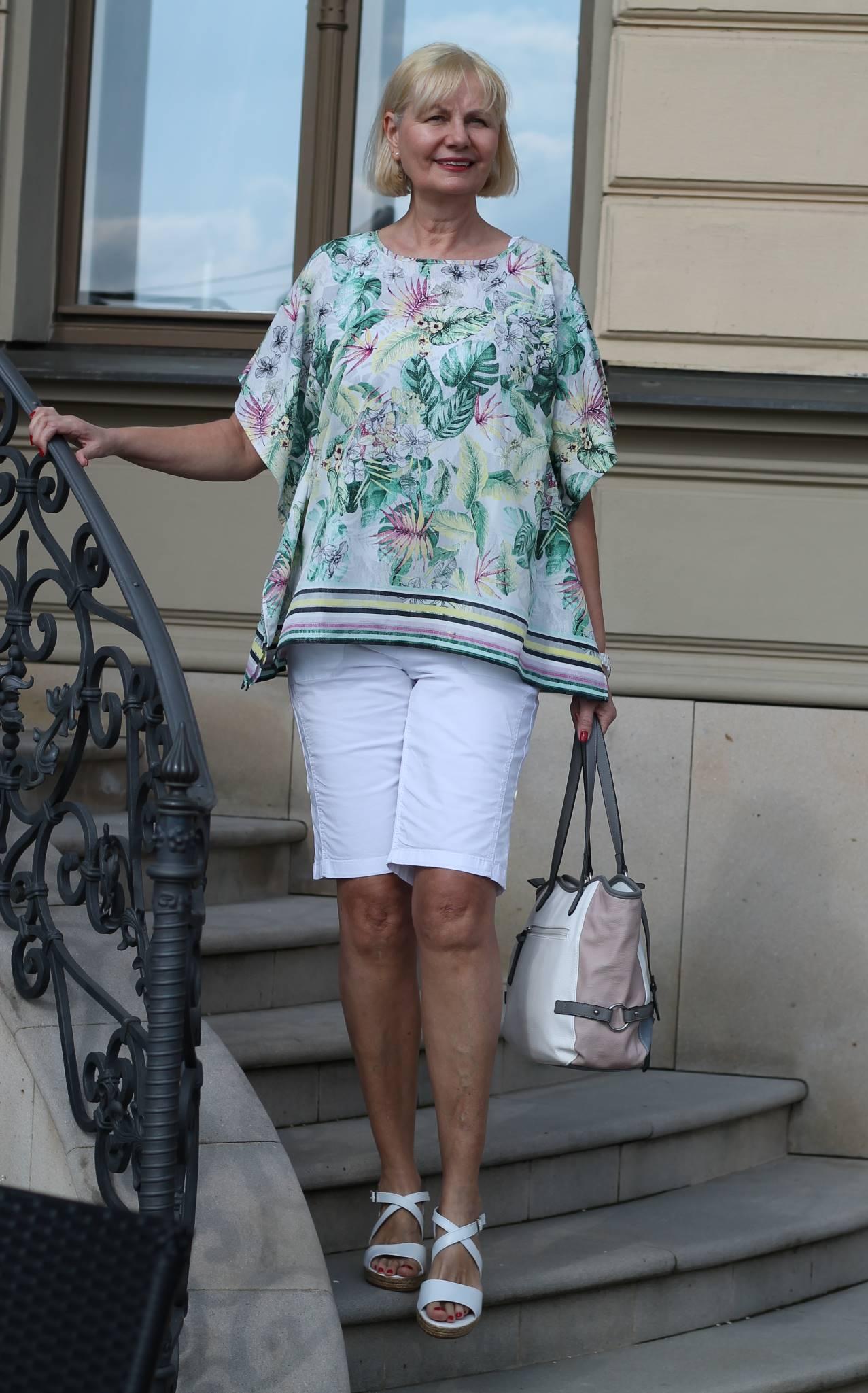 tunika bluse weiße bermudas plateau sandalen