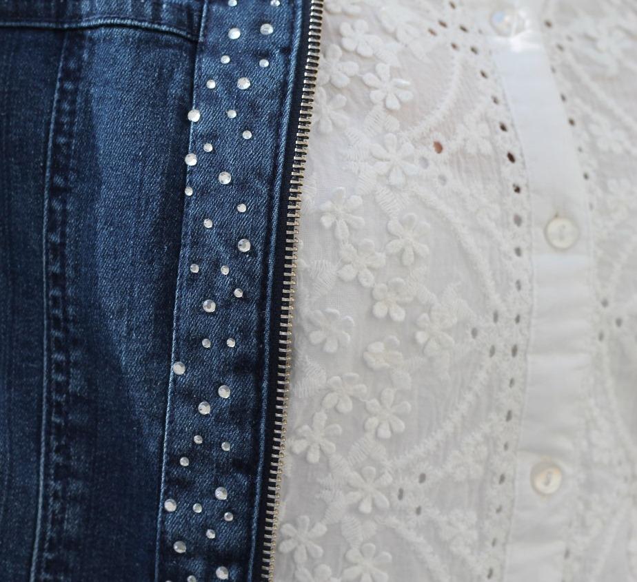 weisse bluse aus baumwolle mit lochstickerei und blueten