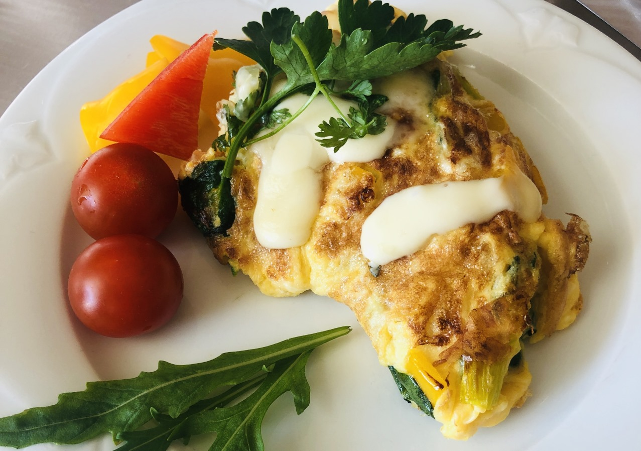 fruehstueck omlette mit kaese und dekoration
