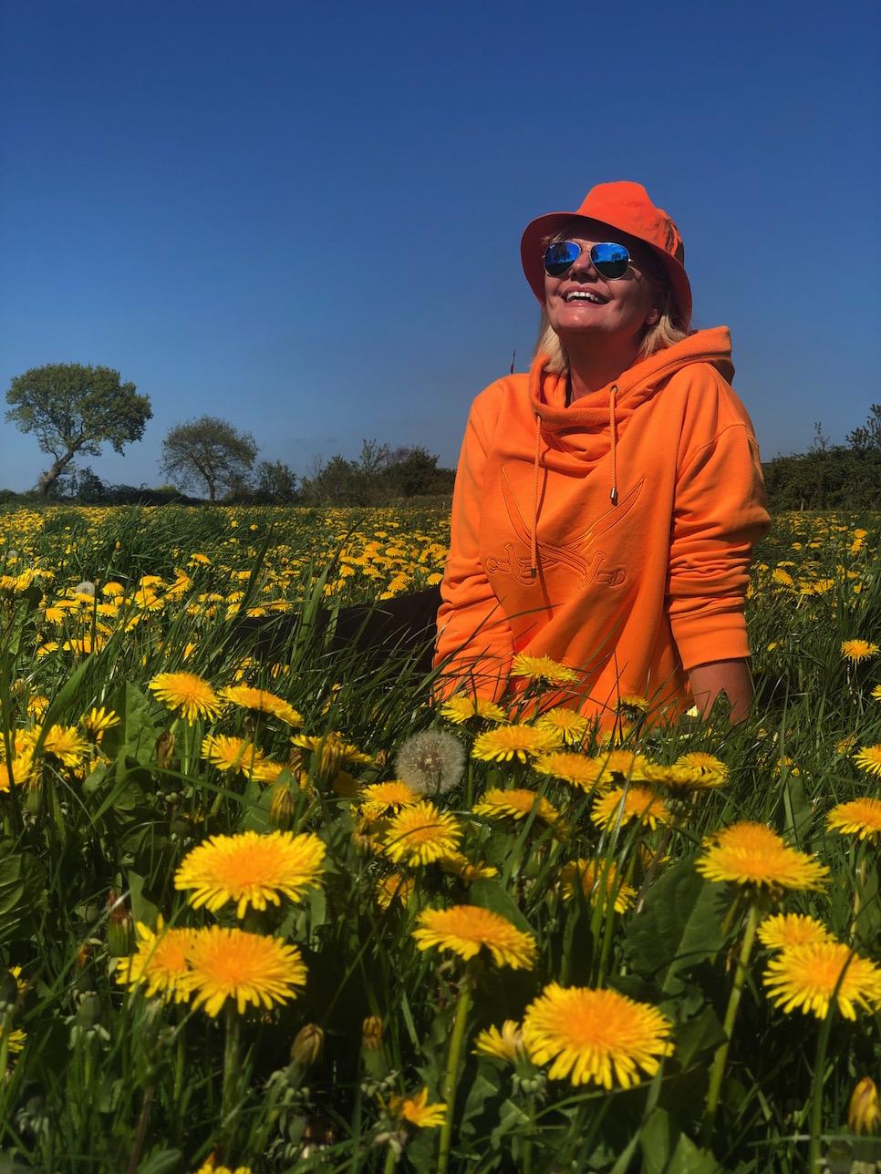 Frühlingsoutfit on orange auf gelber Blumenwiese