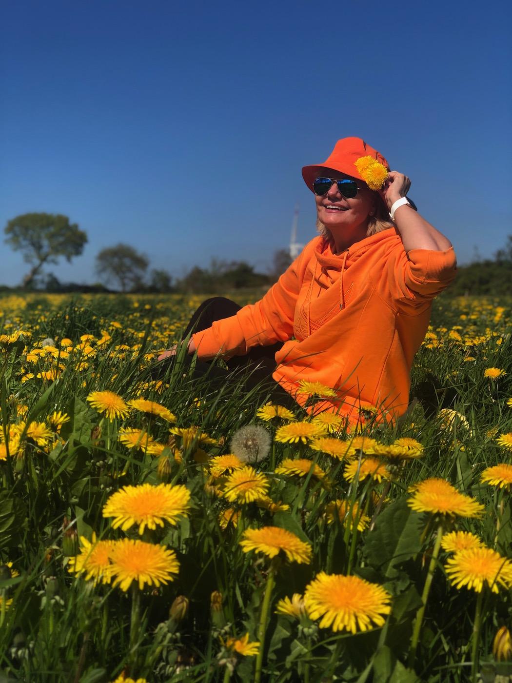 Frühlingsoutfit auf Butterblumenwiese
