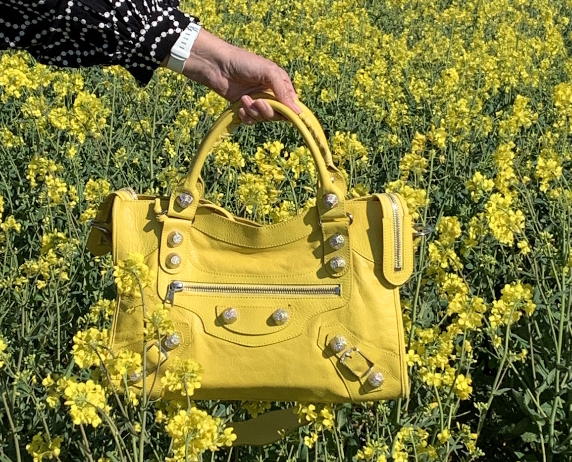 gelbe balenciaga Tasche im Rapsfeld
